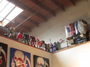 You can tell a lot about the artist from the way he/she decorates their workspaces. Now this guy has a thing for Gundam robots.